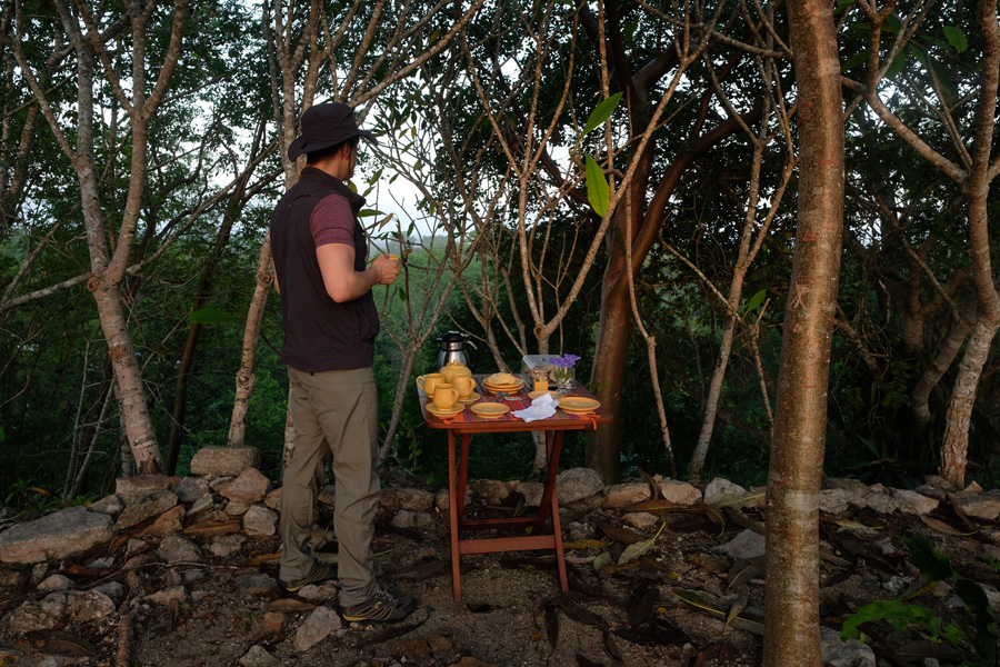 Nat Geo Expeditions Descubre Secretos Mayas - Enjoying coffee in the woods