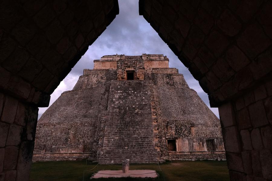 Nat Geo Expeditions Descubre Secretos Mayas - Close to the pyramid