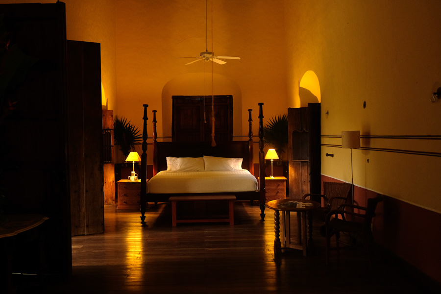Nat Geo Expeditions Descubre Secretos Mayas - Hotel room with lights
