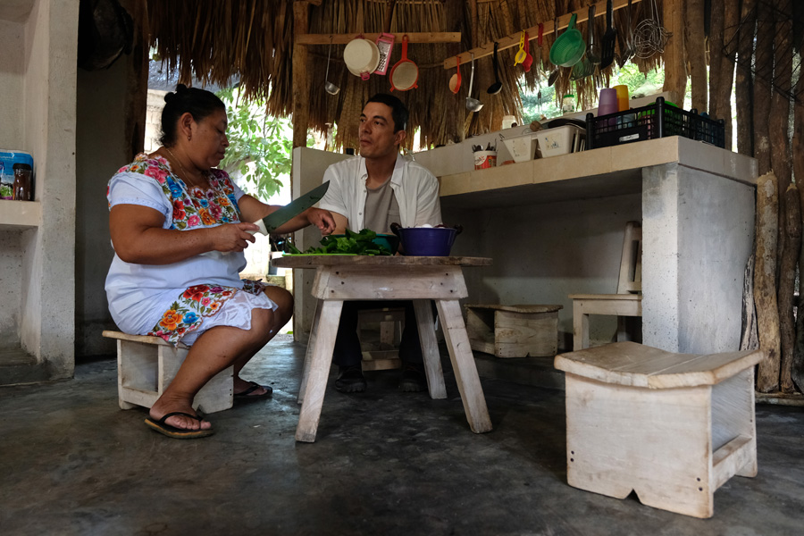 Nat Geo Expeditions Descubre Secretos Mayas - Preparing food and chating
