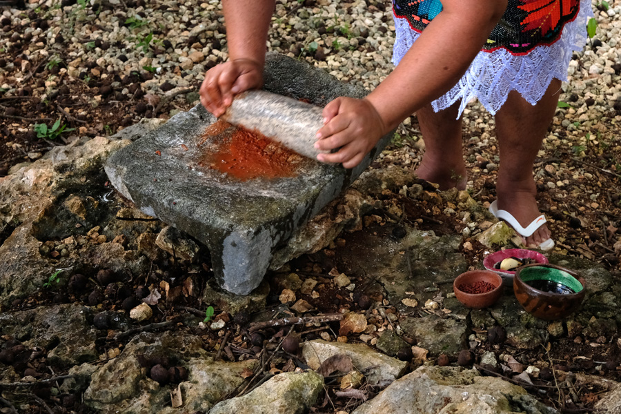 Nat Geo Expeditions Descubre Secretos Mayas - Making mole with stone
