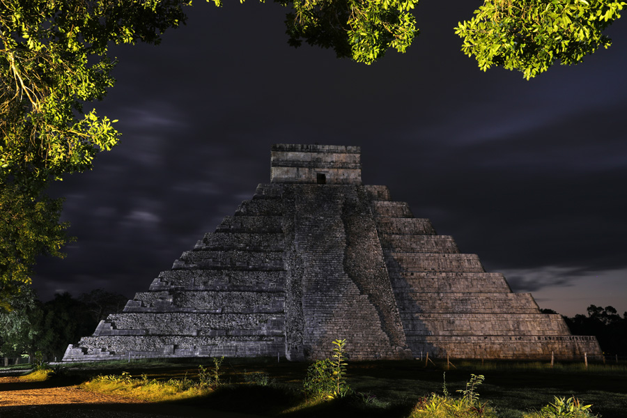 Nat Geo Expeditions Descubre Secretos Mayas - Mayan pyramid at night