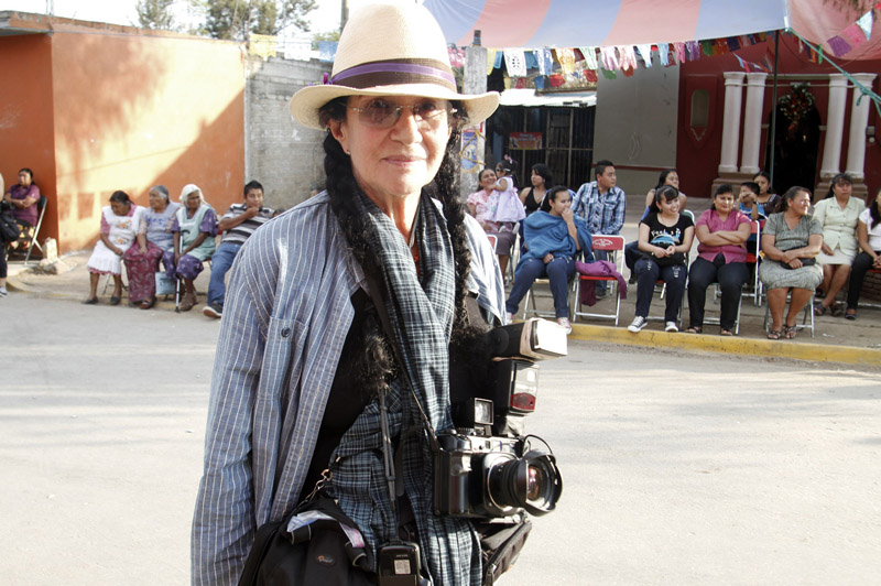 Mary Ellen Mark worshop at Oaxaca 2013 - Mary Ellen Mark with camera