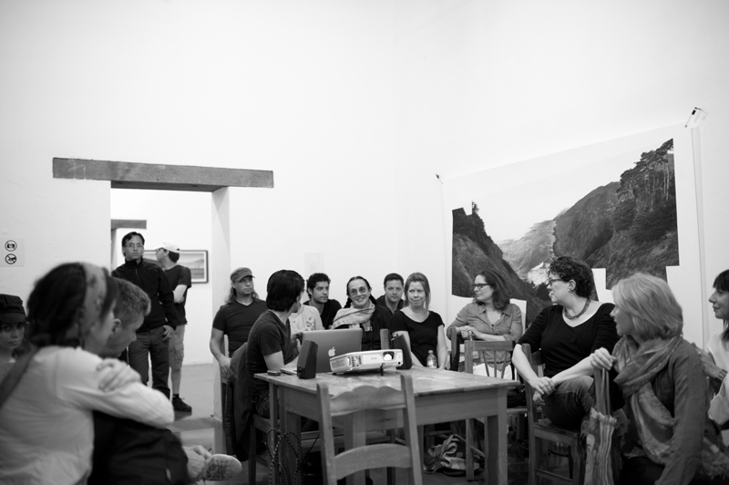Mary Ellen Mark worshop at Oaxaca 2013 - Mary Ellen Mark chating with students