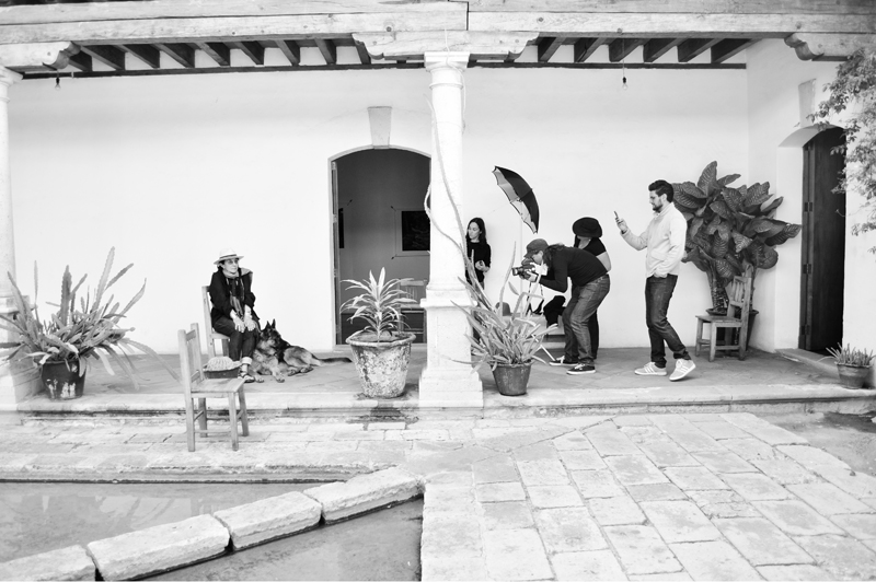 Mary Ellen Mark worshop at Oaxaca 2013 - Students taking pictures to Mary Ellen Mark